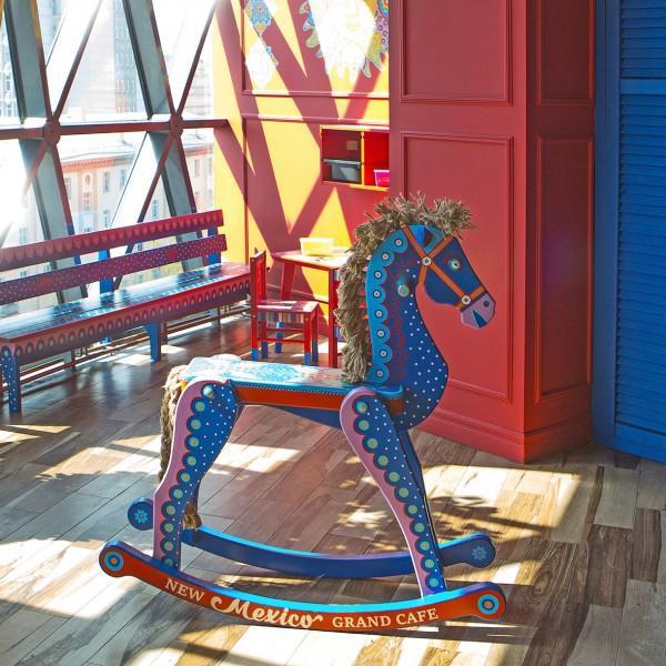 Для маленьких гостей есть красочный уголок, где можно прокатиться на таком оригинальном коне!