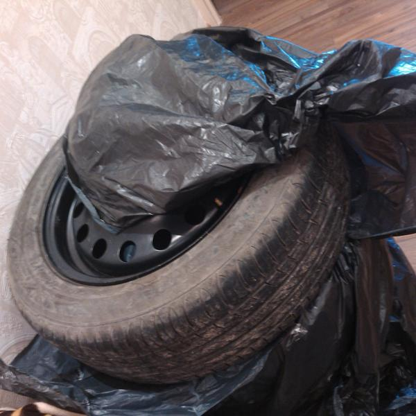 Разорванные мешки, в которых теперь лежит летний комплект колёс