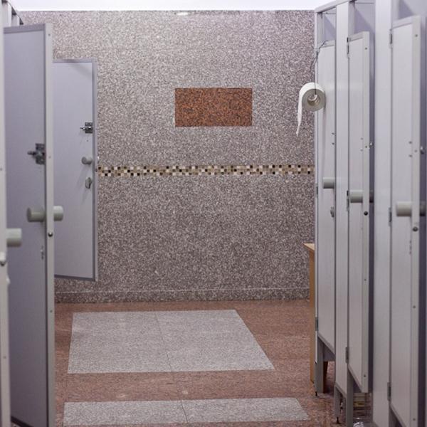 Нормальный такой барнаульский туалет в ТЦ. Это единственный рулон на комнату висит. Экономно. :))