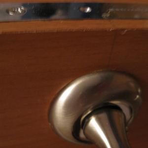 эта ужасная кромка двери
