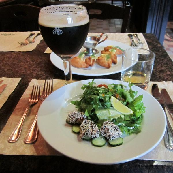 Салат со слабосолёным лососем, пиво Леффе, закусочные пирожки с лососем