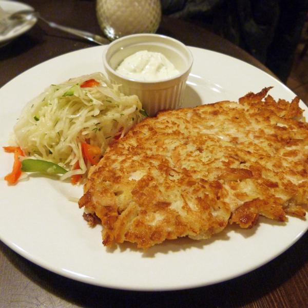 Куриный шницель с капустным салатом и сметанно-чесночным соусом, 160 рублей.