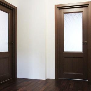 двери в коридоре на втором этаже