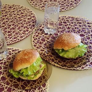 вот такие гамбургеры сделали из чудесных булочек, продающихся в БоЛари:)