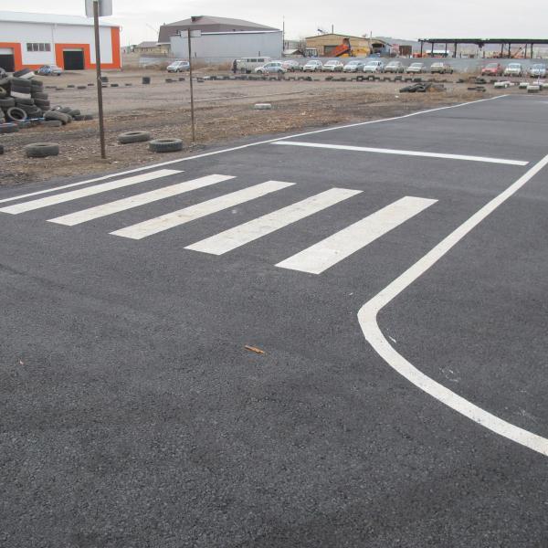 Перекресток и пешеходный переход. На заднем фоне - учебные автомобили