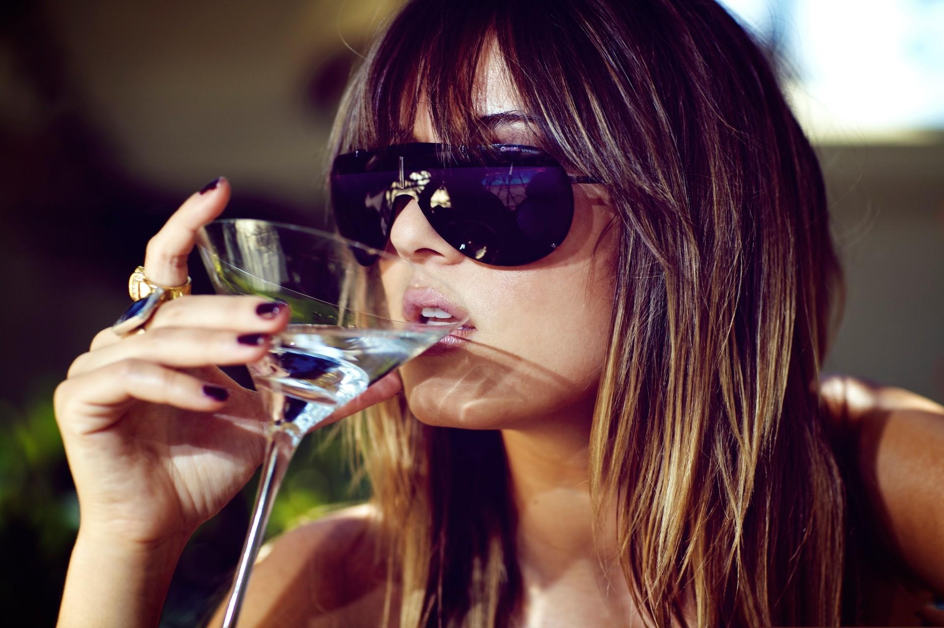 День, картинки девушка с бокалом вина на аву