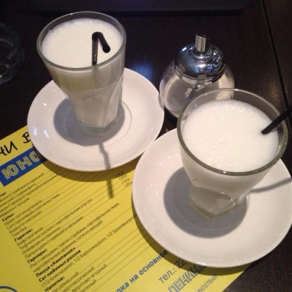 Два стакана вспененного молока