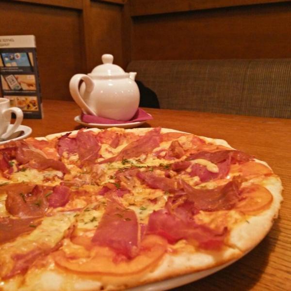 Пицца с копченым мясом и помидорками
