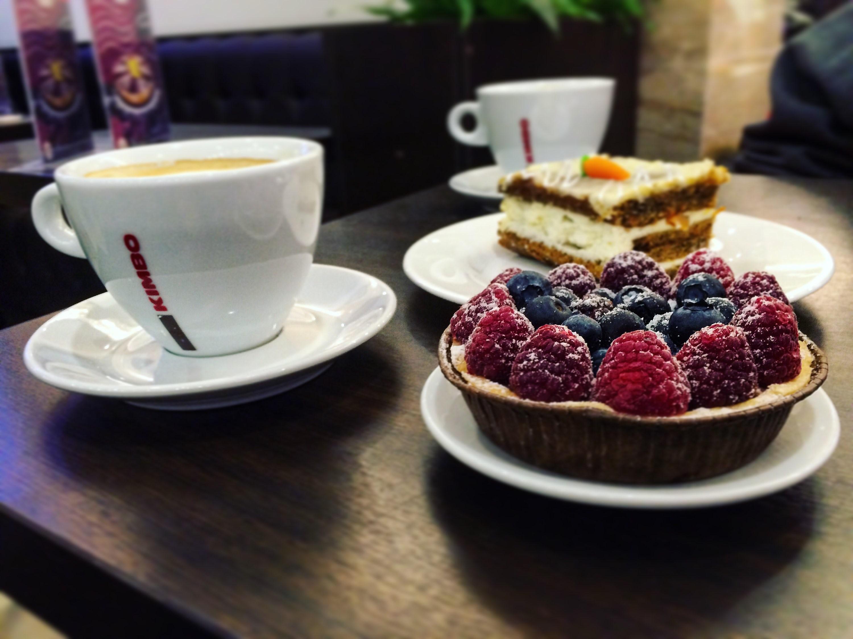 Фото в кафе кофе с пирожным