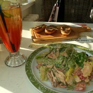 Вот такой вот обед: мясной салат, брускетты с куриным паштетом и холодный чай
