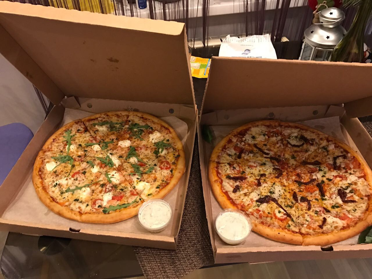фото пиццы дома в коробке пчел