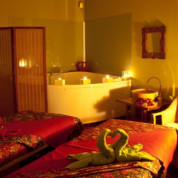 Ну где еще можно принять романтическую ванну с лепестками!