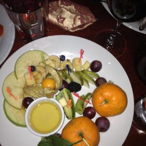 Фруктово-сырно-ягодная тарелка Цена 900 руб
