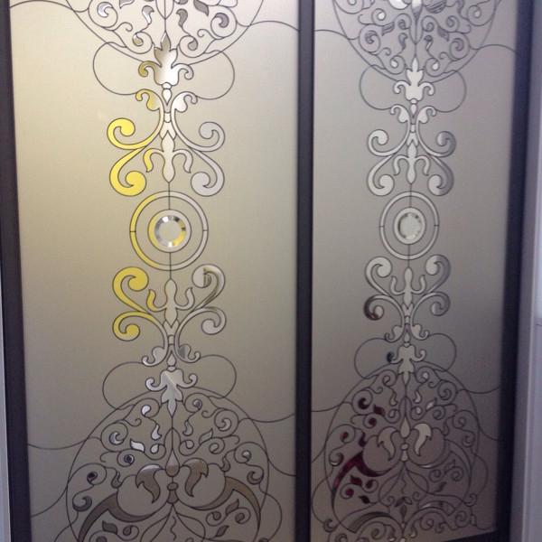 Раздвижные двери с витражом на зеркале мателак бронза