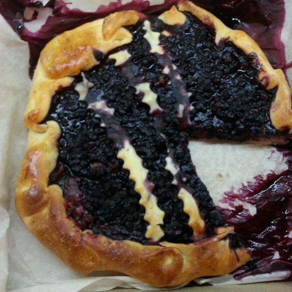Общий вид пирога с черникой. Слева внизу неопознанная начинка, похожая на яблоко с сырым тестом.
