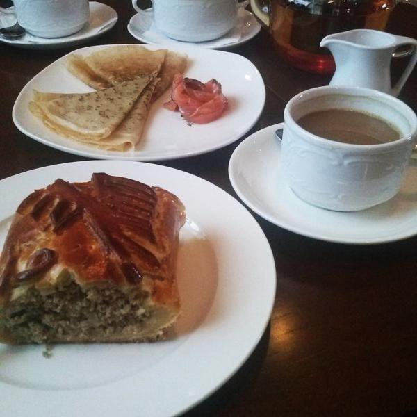 """На фото: манная кашка, блины с сёмгой, пирог с мясом, чай """"Энергия грейпфрута"""" и капучино)"""