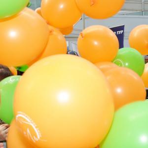 Сброс шаров на туристической выставке. Красиво было!
