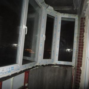 Фирма делала окна и зашивала железом внизу и наверху. Все аккуратно, ни где ни дует ни сквозит.