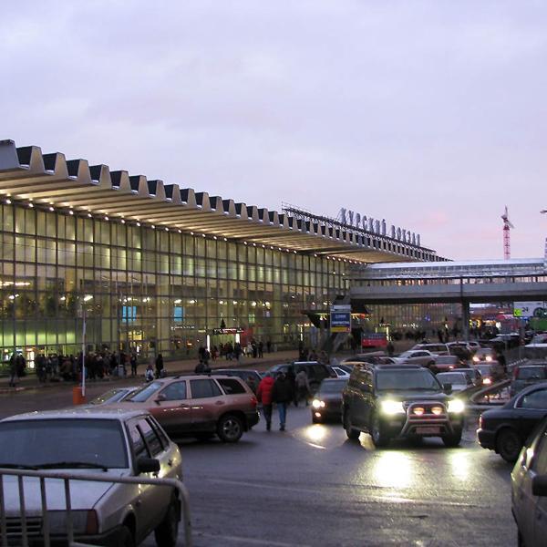 Здание вокзала со стороны