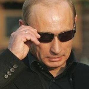 Путину подарили футболку с его портретом в крутых очках  фото