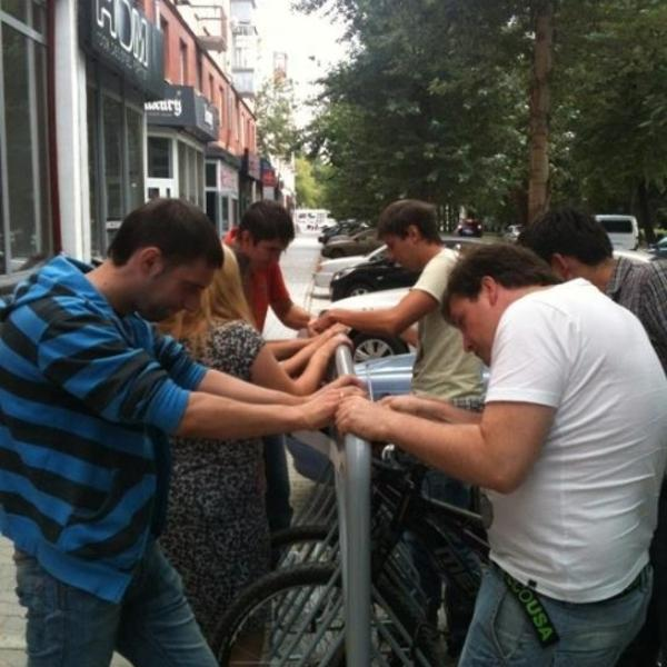 Сколько айтишников нужно, чтобы закрепить баннер на велопарковке?)))