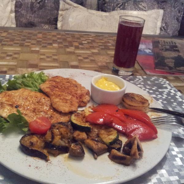 Большая порция вкусной курочки с овощами за 280 рублей