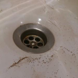 Ржавчина после слива воды в ванной по Куйбышева, 6.