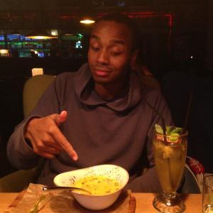 парень в восторге от тыквенного супа