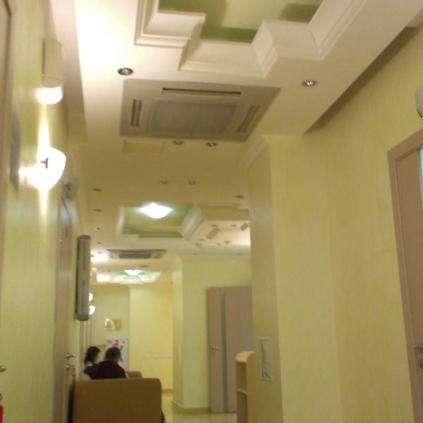 Интерьер холла в поликлинике Дэнас