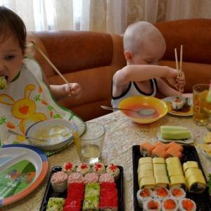 Детки едят роллы от доставки Куб