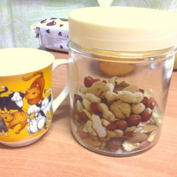 Баночка для орешков и кружка сыну:-)