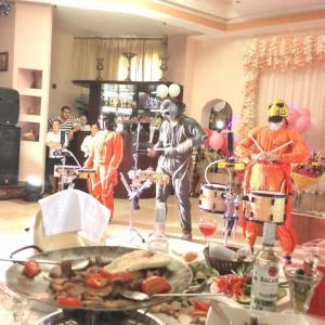 Весёлые барабанщики (а на заднем фоне - персонал кафе за просмотром концерта))))