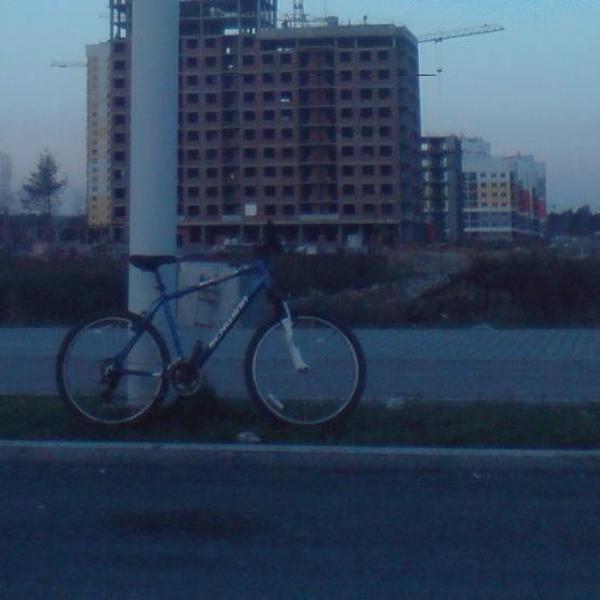 Екатеринбург ул. в. Дегенина, велодорожка в академическом микрорайоне, велосипед на фоне новостройки