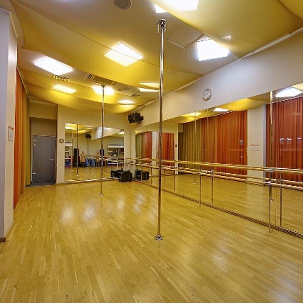 Зал пилатеса для групповых и индивидуальных занятий.