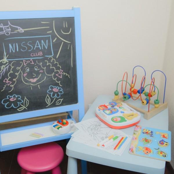 Детский уголок в комнате для клиентов.