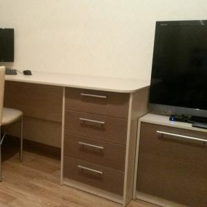 Шкаф, стол и тумба для ТВ. Комната старшего сына.