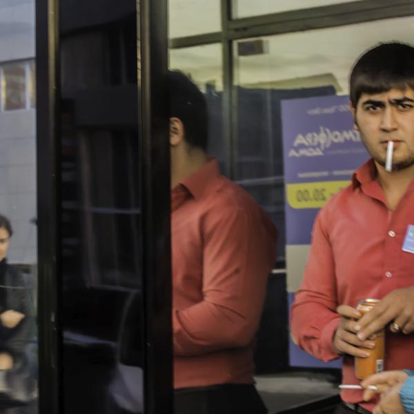Охранник, который угрожал физической расправой человеку, сделавшему ему замечание по поводу курения.