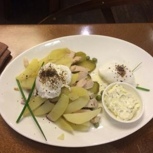 Оливье с яйцом пашот