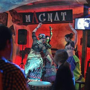 Девчата танцуют трайбл и АТС под живые барабаны.