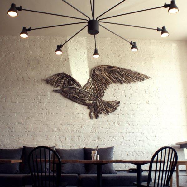 На входе гостей встречает гордая птичка, которая не боится новых идей и дальних путешествий.