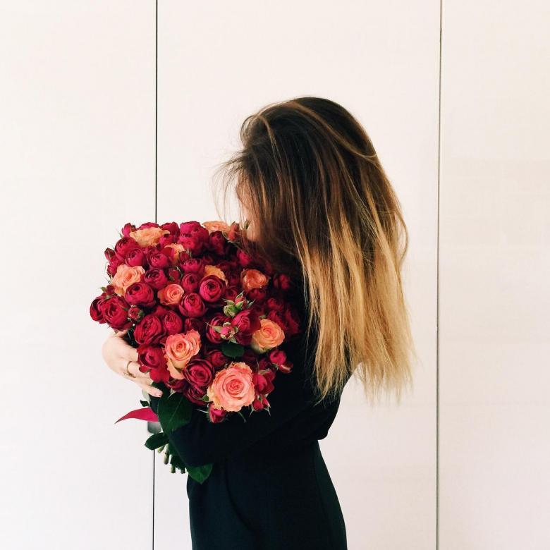 Фото и картинки девушки спиной с цветами, открытки днем рождения