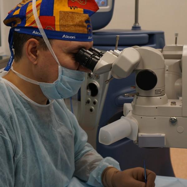 Операции проводит главный врач клиники, офтальмохирург с 26летним стажем Романенко Борис Витальевич.