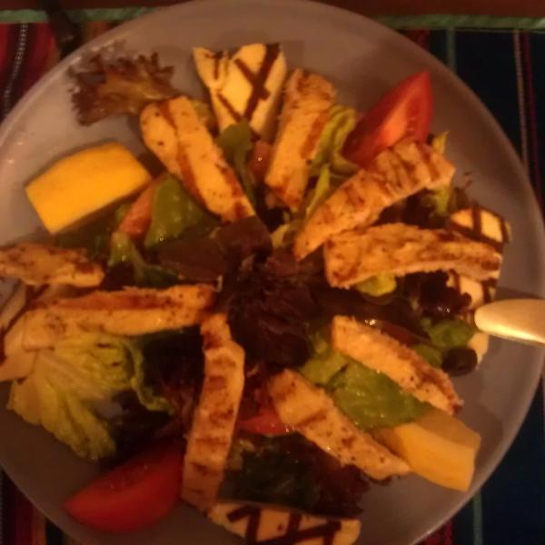 Салат с курицей и сыром, запеченными на гриле