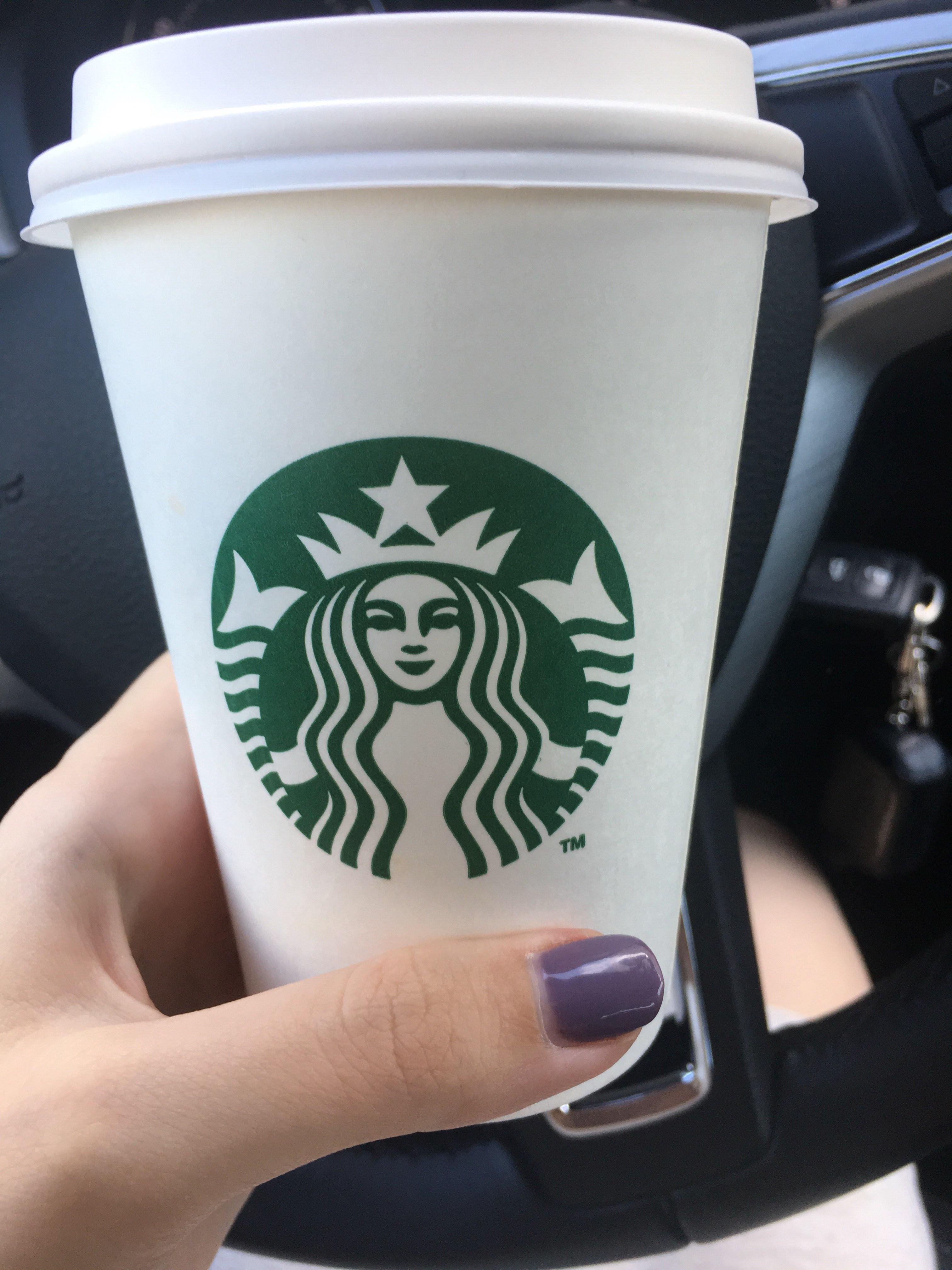 фото кофе старбакс в женских руках в машине его