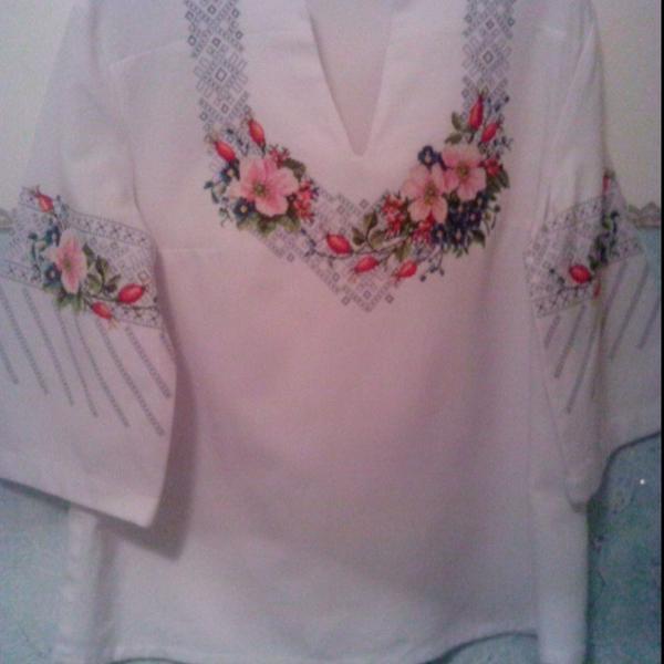 Блузка, вышитая в украинском стиле.