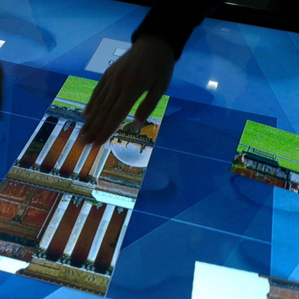 Паззлы на интерактивном столе.