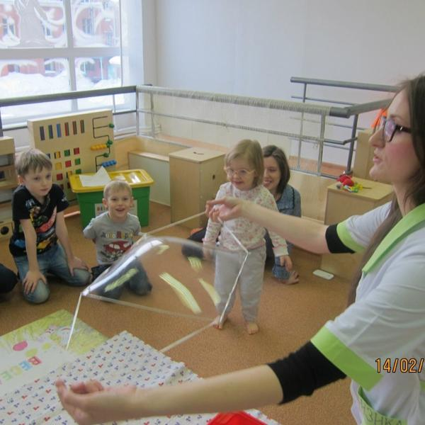 тонкая сеточка как непреодолимый барьер, разделяющий ребенка и первый этаж. фото взято из группы вк.