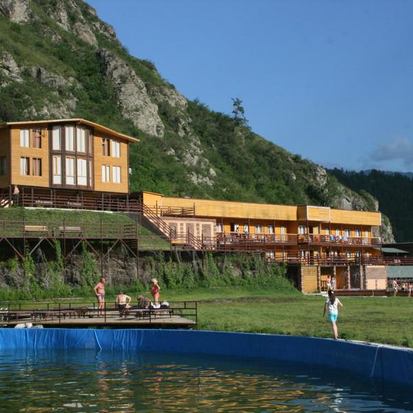 Берег катуни застроен добротными кедровыми домиками и шикарными гостиничными комплексами — это базы отдыха чемала.
