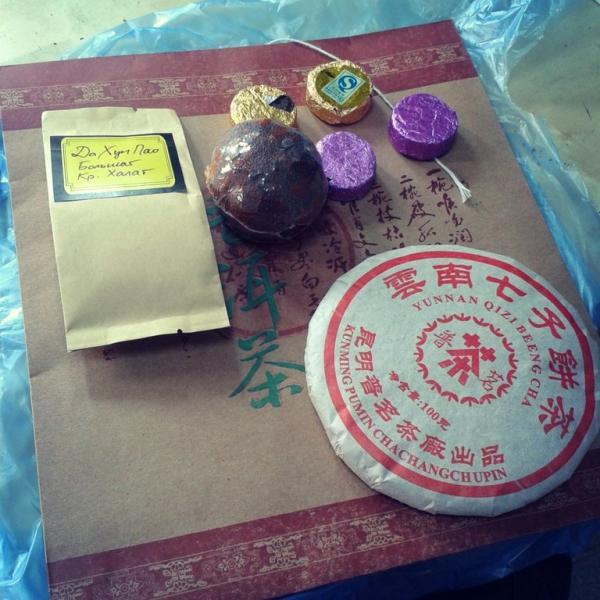"""Блин шу пуэра, да хун пао, пуэр в мандарине, """"таблеточки"""" с ним же и красивые китайский пакет."""
