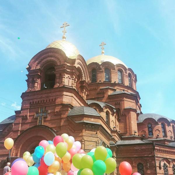 Фото сделано лето, на празднике любви, семьи и верности